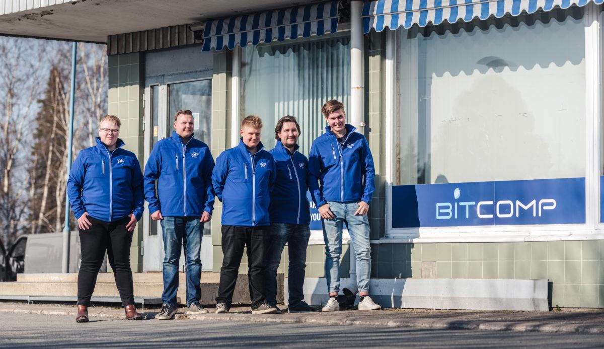 Veto esports -joukkue Bitcompin toimiston edessä
