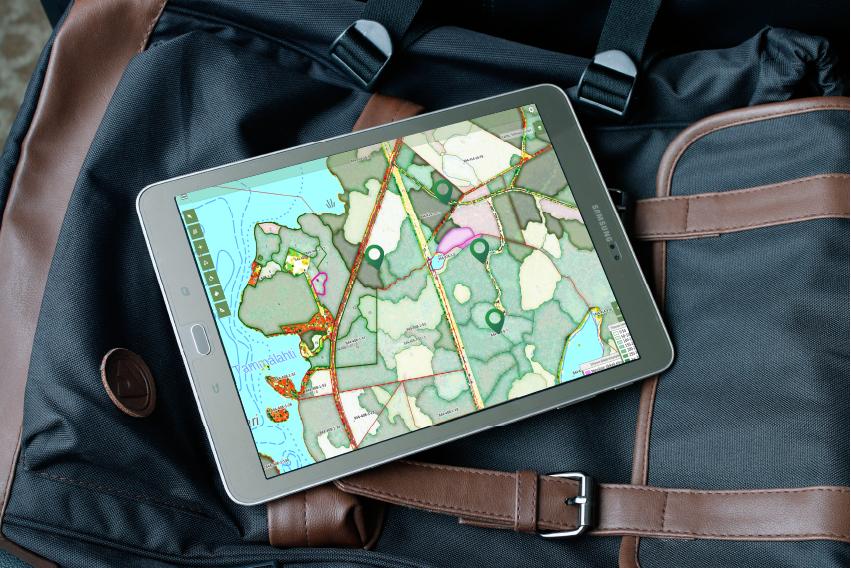 Repun päällä oleva tablettitietokone, jossa Forestan karttanäkymä